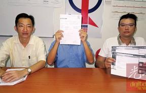 邓姓事主(中)讲述签购无线宽频分享器配套事宜。左起是谢琪清及李汉强。