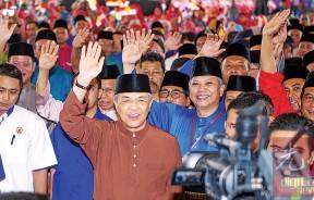阿末扎希(左2)抵达会场,向党员挥手打招呼。