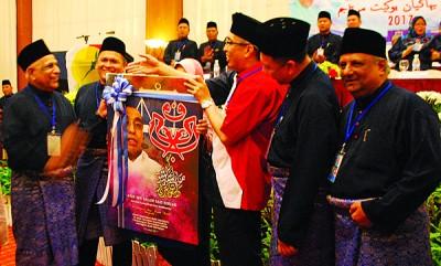 慕沙(左1)以区部领袖陪同下,捐赠纪念品予莫哈最后沙烈(右3)。