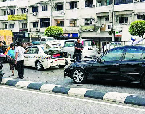 马赛地撞上前方警车,造成车内2名警员受伤。