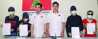 4名受害者在再林华正(左3起)和洪进达的陪同下,召开新闻发佈会,讲述掉入假拿督圈套的经过。