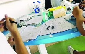 学生的桌上全是练习试题。