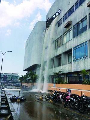 参杂碎石的流水从天而降,形成骇人的空中瀑布。