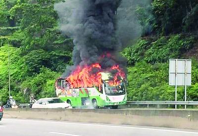 大火将巴士吞噬,场面骇人。