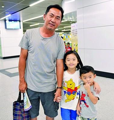 陈康维(左)与家人第一次乘搭捷运,孩子满心期待。