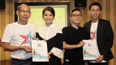《戏协奖》上届大赢家颜慧萍(左二)与彭学斌(右二)当音乐人与歌手代表,起娱协主席依尔(左一)和评审组统筹林英鹏(右一)手中领取参赛准则及报名表格。