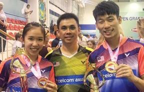 陈炳顺和谢宜希在领奖后与教练庞学章合影。