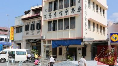 黄美蓉、黄美丽与方玉花3名死者的遗体周日下午送抵怡保谦街。