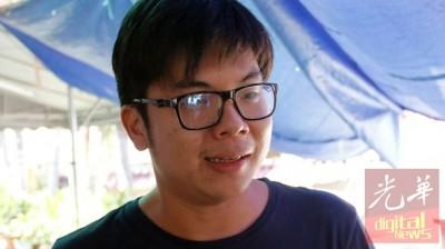 女死者黄美珍的大儿子张维康在丧府接受记者的访问。
