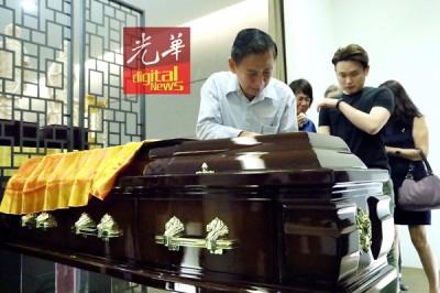 林武扬以爱儿的棺木前,多不舍,声声叮咛。