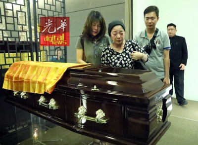 林妈妈在亮麟的棺木前,几度叮咛必须好好学佛,相当她临终时记得来接她。