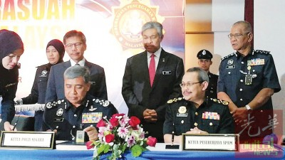 全国总警长卡立代表全国警方签署反贪污宣言,由副首相拿督斯里阿末扎希见证。