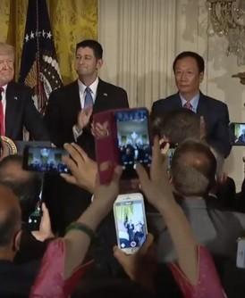 郭台铭(后排右2)与特朗普(后排左)于白宫宣布开启美国投资系列计画。