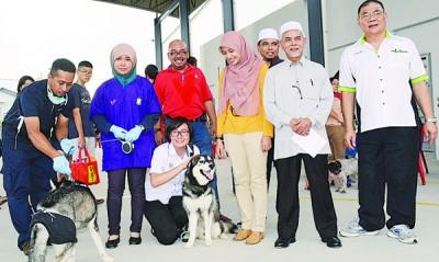 众议员巡视注射疫苗活动,右起:张龙非常、马达、应法蒂拉医师、卡米尔、应莱妮医师,家居者为王育璇。