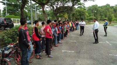 40号称跨蚊型脚车骑士排排站,为交警当街训话。(获自脸书)