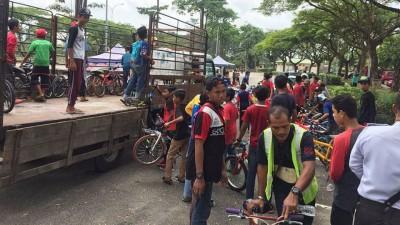 40部蚊型脚车让载回警局。(获自脸书)