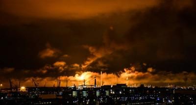蚬壳位于荷兰佩尔尼斯的炼油厂失火。
