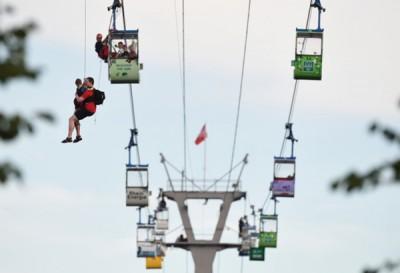 政府派出吊机协助救走乘客。