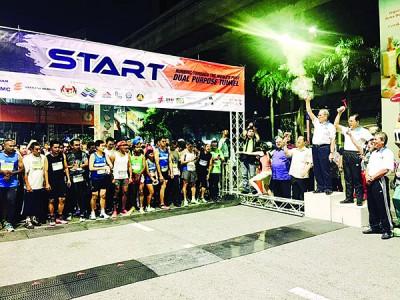 旺朱乃迪为精明隧道竞跑活动主持挥旗礼。