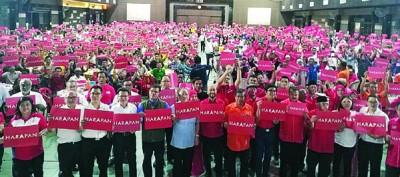 想联领袖昨晚以居銮紫銮阁举办筹款晚宴。前排左4自:刘镇东、赛夫丁、林吉祥、慕克里、莫哈最后沙布与赛沙迪。