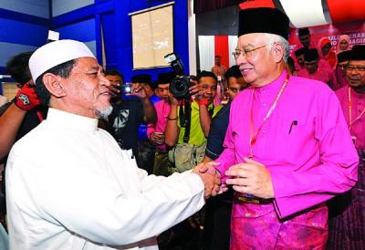 伊斯兰党立卑区执委马尤丁也出席巫统立卑区部代表大会,并与首相握手寒暄。