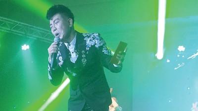 钟伟踏入乐坛20年来首次开演唱会。