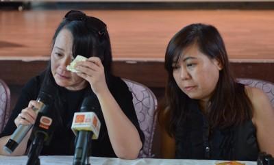 Connie(左)在罗宾唯一承认的干妹妹美美陪伴下召开记者会。