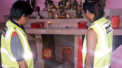 金山大伯公庙宇疑被窃贼潜入,偷走7个铜制香炉及一把关公钢刀,治安队队员到场了解。