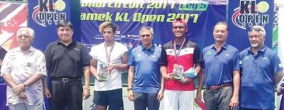 赛益阿吉尔(左3)复出即联手阿斯里(右3)称霸吉隆坡赛。