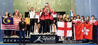 左侧的亚军大马队与6连冠之埃及,同并列季军英格兰以及香港队以颁奖台上合影。