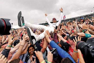 夺冠的小汉被众人拥簇,享受冠军光环。