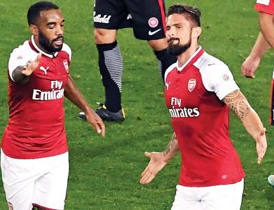 吉鲁庆祝进球,无视新队友拉卡泽特(左)。