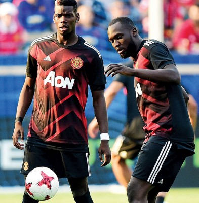 博格巴和好友卢卡库于赛前热身。