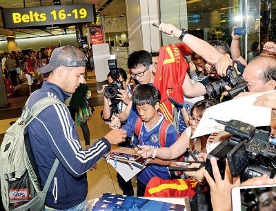 莫拉塔抵达新加坡时,在机场已成为焦点人物。
