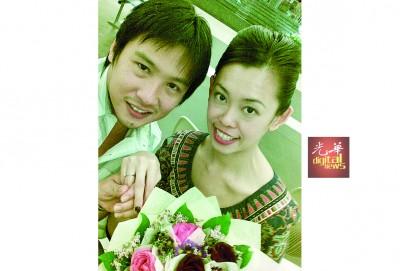 骆联理(左)当航站为女友王美玲求婚之后,收了5年心里不踏实的心境。