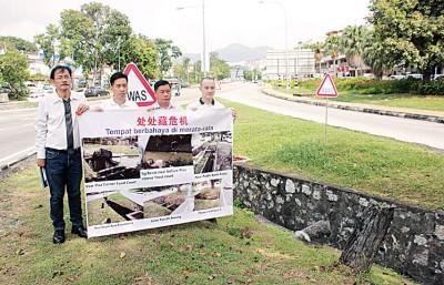 胡栋强(左2)与郭荣罗(左起)、许翔茗及张引弘在峇央峇鲁交通圈附近召开记者会。