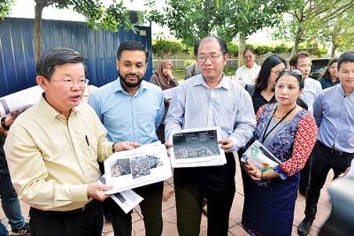 左起曹观友、Think City执行董事韩丹、丹绒国会议员黄伟益和槟首长机构副经理峇拉迪,向媒体讲解草场提升工程。