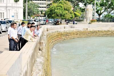 草场工程渐竣,曹观友带媒体去视察订于今年内开工提升的海堤。