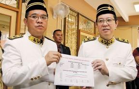 林冠英(右)以数据要求联邦政府立刻展开槟城国际机场扩建工程。