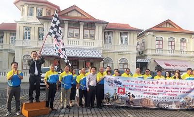中国驻槟总领事吴骏为中亚及东欧21国自驾游主持挥旗。