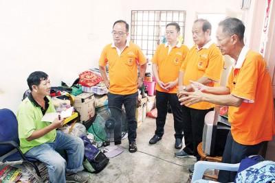 七里香联谊会善爱之家理事会前往黄宗兴(左1)住家探访及了解病况。右起为王良进、彭炎丁、林程进及许国川。