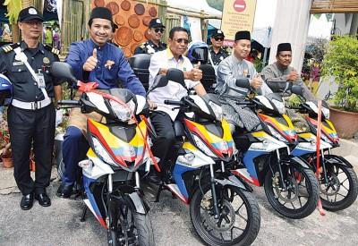 莫哈山(左2)与旺阿末法茲里(左起)及凯林纳兹里推介加央市议会4辆执法员巡逻摩托车。