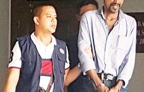 被告莫哈末阿里闻判后,由关税局官员押出法庭。