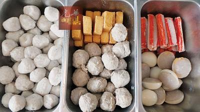 甲市内售卖的酿豆腐,每件最少80仙起跳。