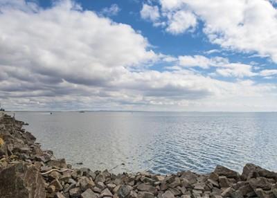 为高温天气影响,呼伦湖湖面面积比5月下旬回落了86平方公里。
