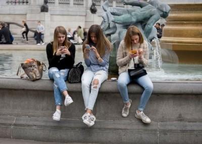 英国一项调查发现,部分少年沉迷上网。