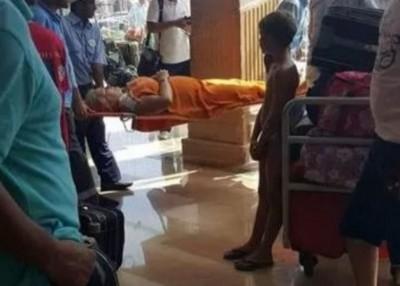 同样名受伤女游客为抬出酒店大堂。