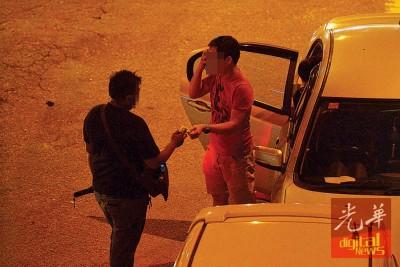 非法巫裔看车员向民众收取5令吉停车费。