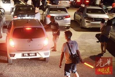 海珠屿五属大伯公庙的当地居民收取停车费,也帮忙维持交通秩序。