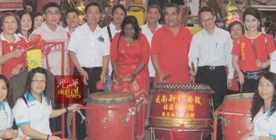 这是许国津(左3)参与武吉淡汶今年元宵节的活动档案照。